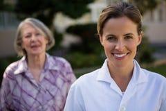 Portrait de docteur féminin avec la femme au parc Images libres de droits