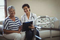 Portrait de docteur féminin avec la femme supérieure dans le salon Image libre de droits