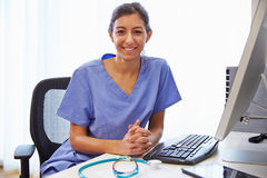 Portrait de docteur féminin In Office Working à l'ordinateur Images stock