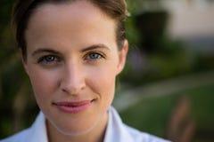 Portrait de docteur féminin sûr en parc photographie stock libre de droits