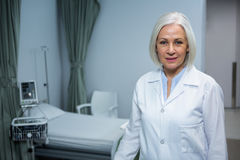 Portrait de docteur féminin se tenant dans la salle image stock