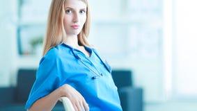 Portrait de docteur de femme avec le dossier au couloir d'hôpital Images stock