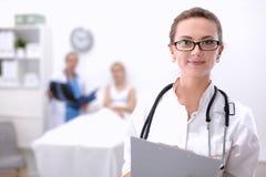 Portrait de docteur de femme se tenant à l'hôpital Images libres de droits