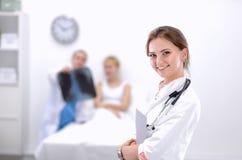 Portrait de docteur de femme se tenant à l'hôpital Images stock