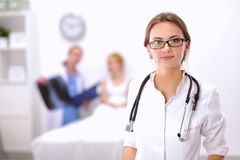 Portrait de docteur de femme se tenant à l'hôpital Photos stock