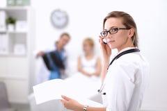Portrait de docteur de femme se tenant à l'hôpital Photographie stock