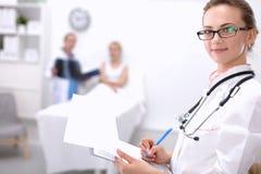 Portrait de docteur de femme se tenant à l'hôpital Photo libre de droits