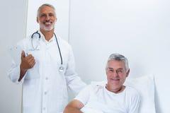 Portrait de docteur masculin heureux et d'homme supérieur Photos stock