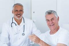 Portrait de docteur masculin heureux et d'homme supérieur Photo libre de droits