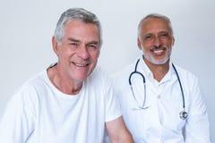Portrait de docteur masculin heureux et d'homme supérieur Photographie stock libre de droits