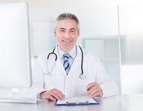 Portrait de docteur masculin mûr Photographie stock