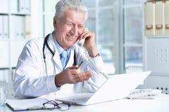Portrait de docteur masculin supérieur avec le stéthoscope Photo stock