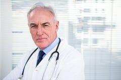 Portrait de docteur sérieux avec le stéthoscope Photos libres de droits