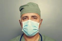 Portrait de docteur sérieux dans le masque Photographie stock libre de droits