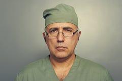 Portrait de docteur sérieux en verres Images stock