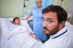 Portrait de docteur se tenant dans la chambre d'hôpital Photo libre de droits