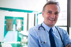 Portrait de docteur souriant à l'appareil-photo Photos libres de droits