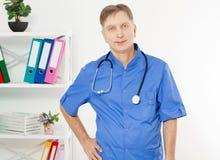Portrait de docteur de sourire posant avec le bureau, il porte un st?thoscope, l'espace de copie pour le logo ou le texte images stock