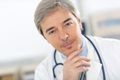 Portrait de docteur supérieur beau Image stock