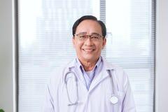 Portrait de docteur supérieur dans le bureau médical Photographie stock