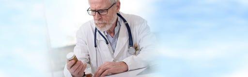 Portrait de docteur vérifiant la médecine Image stock