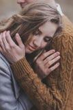 Portrait de doux et de tache floue de l'amour doux, couple étreignant avec le bokeh Photo stock