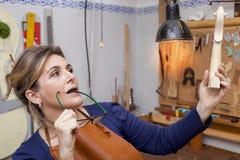 Portrait de fabricant mûr femelle de violon Photo stock