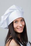 Portrait de faire des gestes femelle de sourire de cuisinier Photo stock