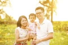 Portrait de famille au coucher du soleil extérieur Photographie stock