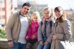 Portrait de famille avec des enfants au jour ensoleillé Images libres de droits