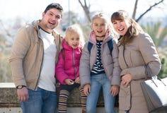 Portrait de famille avec des enfants au jour ensoleillé Photos stock
