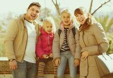 Portrait de famille avec des enfants au jour ensoleillé Photos libres de droits