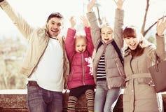 Portrait de famille avec des enfants au jour ensoleillé Images stock