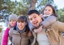 Portrait de famille avec deux filles dehors Photographie stock libre de droits