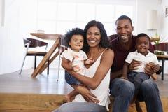 Portrait de famille avec les enfants en bas âge à la maison ensemble Images libres de droits