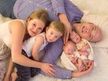 Portrait de famille avec les jumeaux identiques photos stock