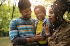 Portrait de famille d'Afro-américain en parc images libres de droits