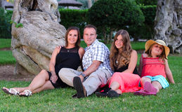Portrait de famille dans le jardin tropical Image libre de droits