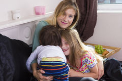Portrait de famille dans le lit à la maison Photos stock