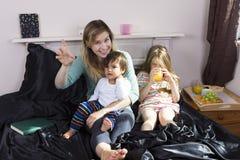 Portrait de famille dans le lit à la maison image libre de droits