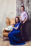 Portrait de famille dans un père et une mère et un a intérieurs luxueux Images libres de droits