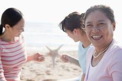 Portrait de famille de generations multi sur la plage, étoile de mer photos stock