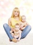 Portrait de famille de mère et de bébé de jumeaux, maman avec de petits enfants Image stock