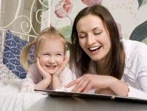 Portrait de famille, de mère et de fille heureuses dans le lit photo stock