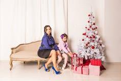 Portrait de famille de Noël dans la vie à la maison de vacances Photo libre de droits