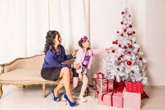 Portrait de famille de Noël dans la vie à la maison de vacances Photos libres de droits