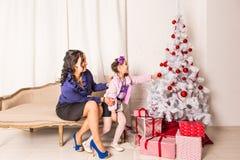 Portrait de famille de Noël dans la vie à la maison de vacances Photographie stock