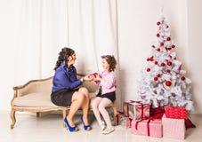 Portrait de famille de Noël dans la vie à la maison de vacances Images stock