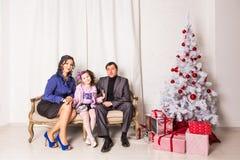 Portrait de famille de Noël dans la vie à la maison de vacances Photos stock