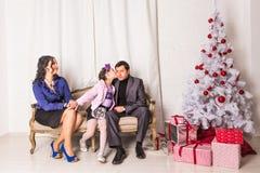 Portrait de famille de Noël dans la vie à la maison de vacances Photo stock